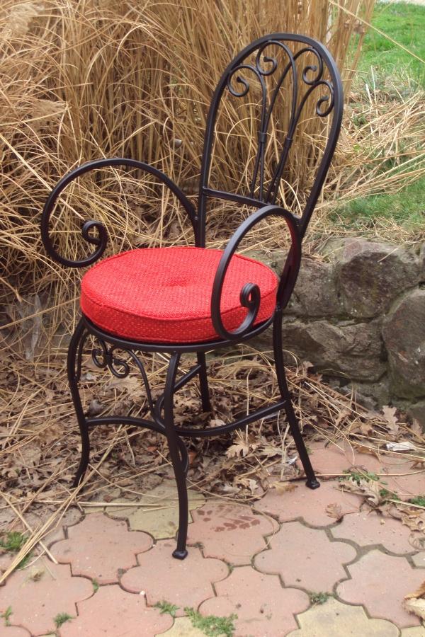 Okrugla stolica od kovanog gvozdja